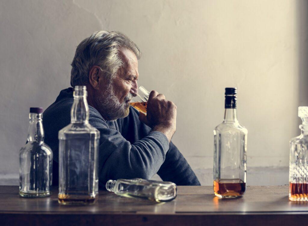 L'alcoolisme est une maladie chronique qui fait l'objet d'un traitement thérapeutique et pharmacologique.